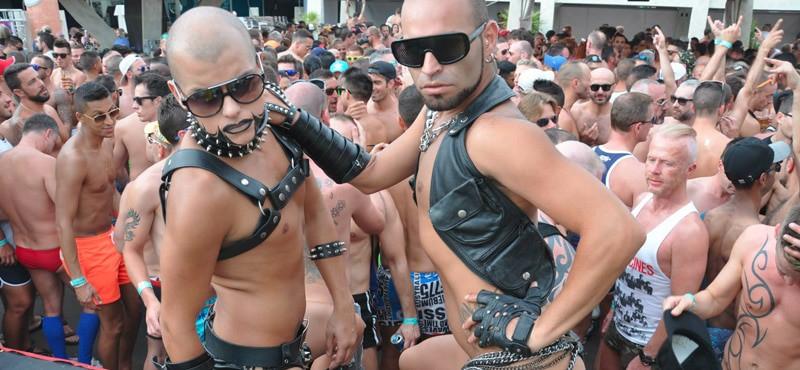 gays showering toghter